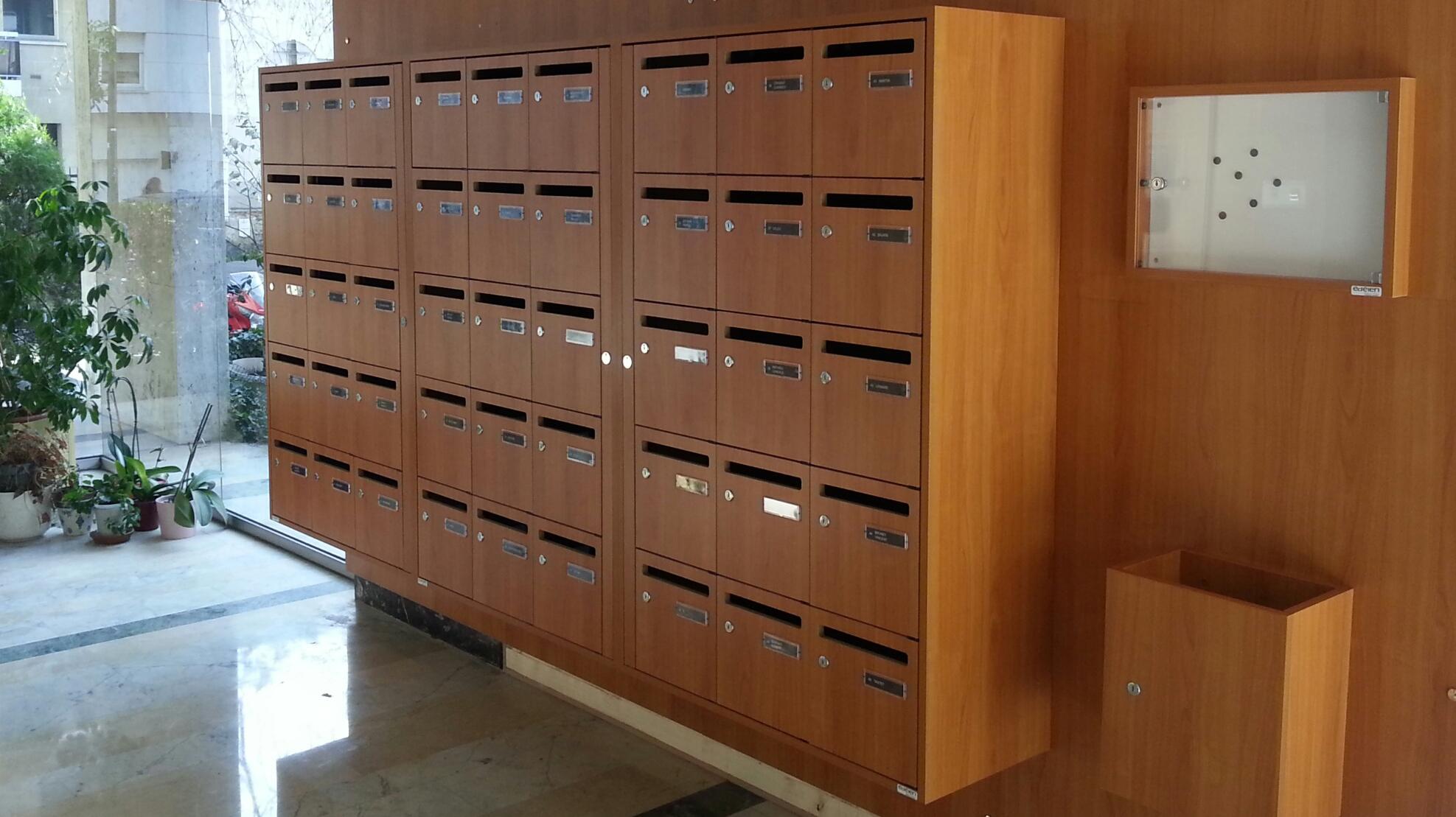 Boites aux lettres collectives en bois hall d'immeuble