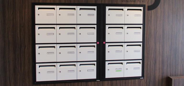 Boites aux lettres collectives en acier bicolores posées par BSM Boites aux lettres