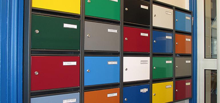 Boites aux lettres collectives en acier multicolores
